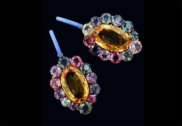 Orecchini con topazio, zaffiri del Montana, ceramica azzurra, oro (dal libro Taffin)