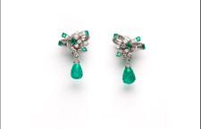 Orecchini Chantecler in platino con diamanti taglio brillante e baguette con due gocce di smeraldi colombiani briolette