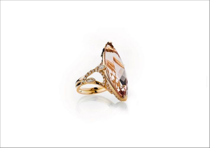 Anello in oro rosa con morganite