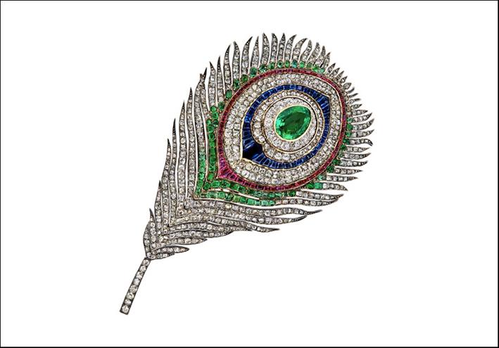 Spilla a forma di piuma di pavome commissionata dalla imperatrice Eugenia.  Oro e argento con zaffiri, rubini, smeraldi e diamanti