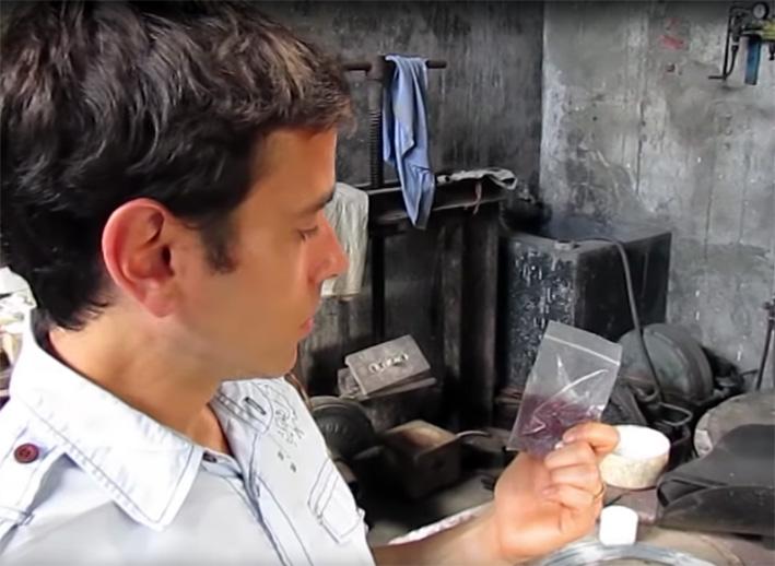 Un sacchetto di rubini estratti in una miniera birmana