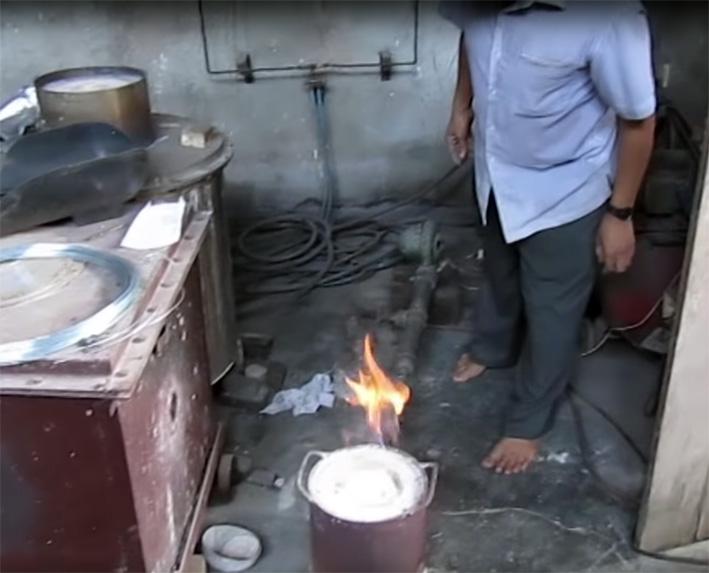 I rubini sono stati messi in un recipiente al centro del fuoco, dove vengono riscaldati