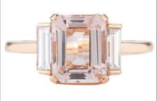 Morganite con taglio smeraldo e due diamanti taglio baguette su oro rosa