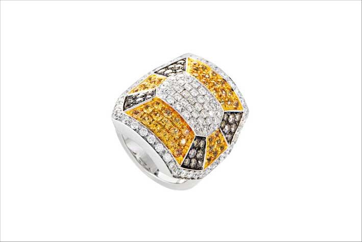 Anello in oro bianco, zaffiri e diamanti
