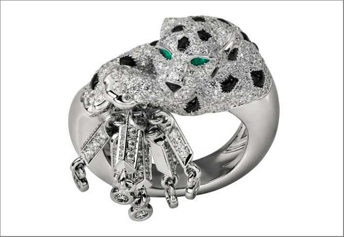 Anello in oro bianco con 315 diamanti taglio brillante, smeraldi, onice- Prezzo; 77.000 euro