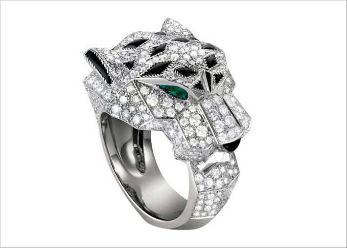 Anello in oro bianco, con 365 diamanti taglio brillante, 255 carati, smeraldi, onice. Prezzo: 60.000 euro