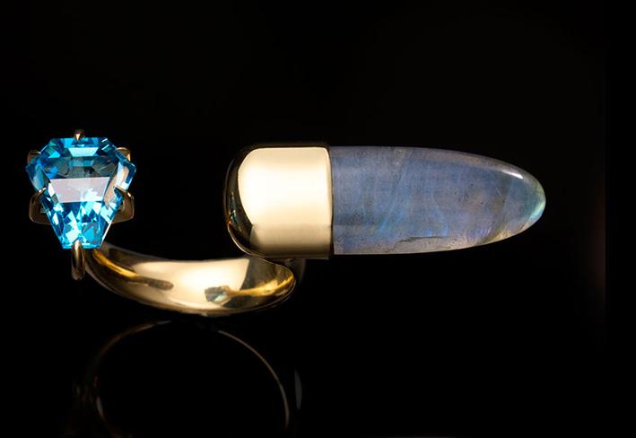 Jules Kim, anello con topazio blu e labradorite