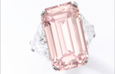 Fancy Intense Pink diamond ring, venduto per 20,7 milioni. Courtesy of Sotheby's