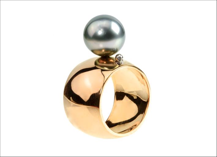 Lauren Chisholm, anello in oro rosa e perla di Thaiti