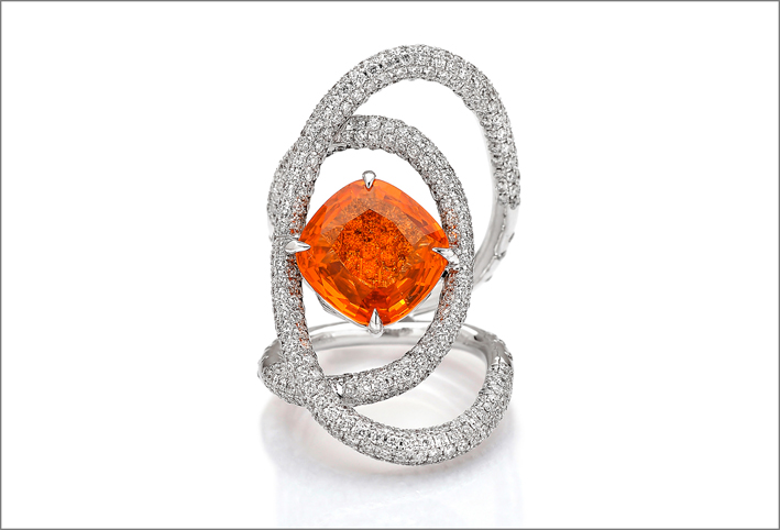 Anello in oro bianco, diamanti e spessartite