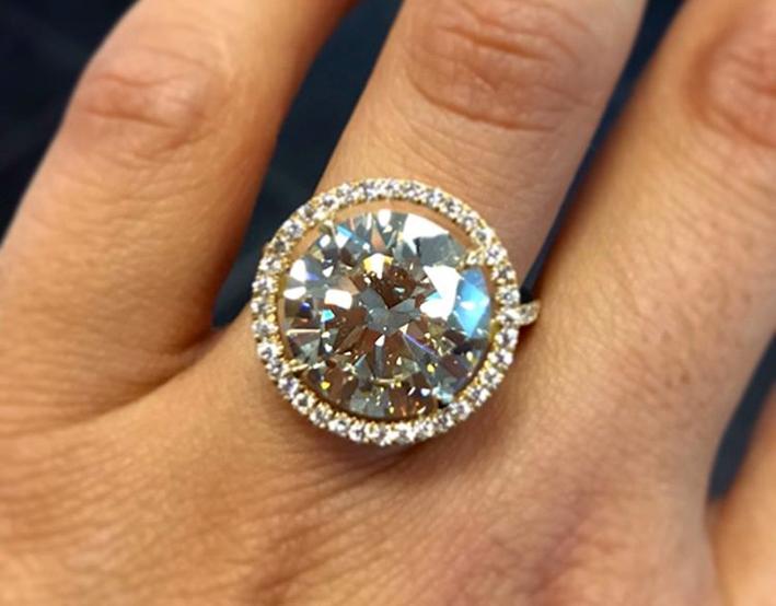 Anello con diamante taglio brillante da 7,45 carati