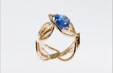 Anello con zaffiro naturale blu cabochon
