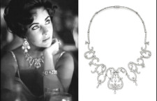 Elizabeth Taylor con una collana di diamanti venduta all'asta da Christie's