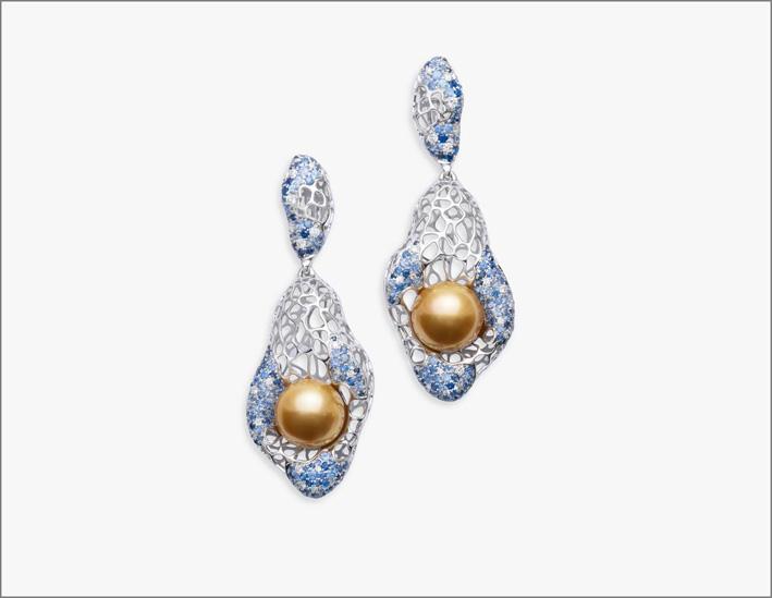 Orecchini della colelzione La Mer en Majesté presentati a Couture di Las Vegas 2018. Oro bianco che simula la schiuma dell'acqua, zaffiri, perle dorate
