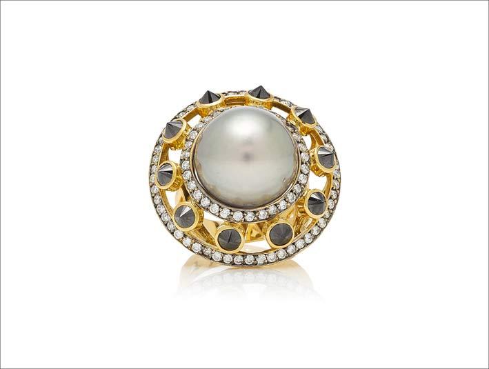 Anello in oro con perla grigia e diamanti bianchi e neri