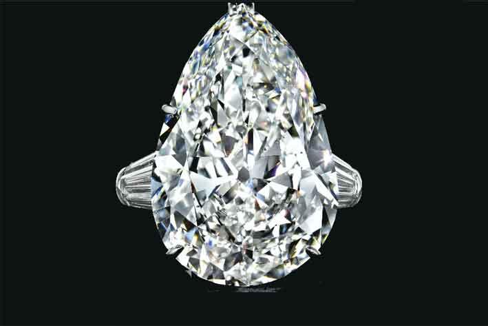 Anello con diamante taglio a pera  appartenuto a Betsy Bloomingdale. Venduto per 1,9 milioni