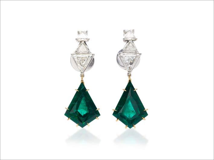 Orecchini in oro, diamanti e smeraldi. Prezzo: 408.000 euro