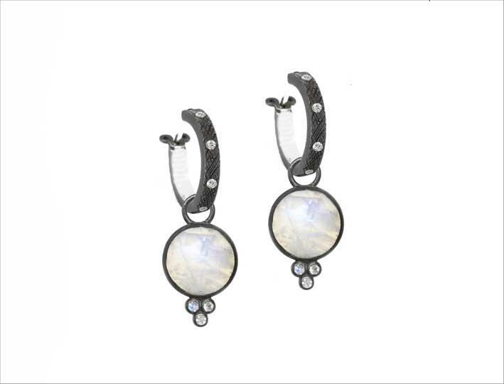 Orecchini in argento brunito con pietra luna