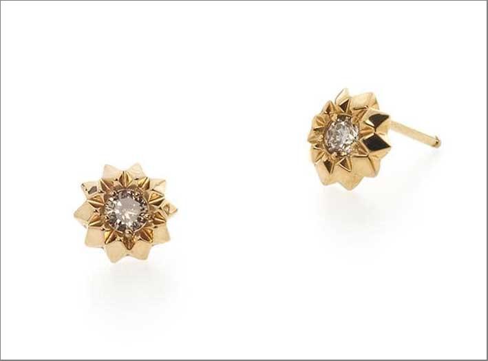 Orecchini in oro giallo e diamanti. Prezzo: 985 euro