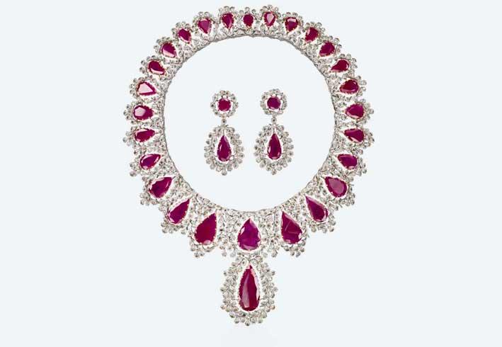 Parure Regina,  oro, rubini, diamanti fancy e brown. Prezzo su richiesta