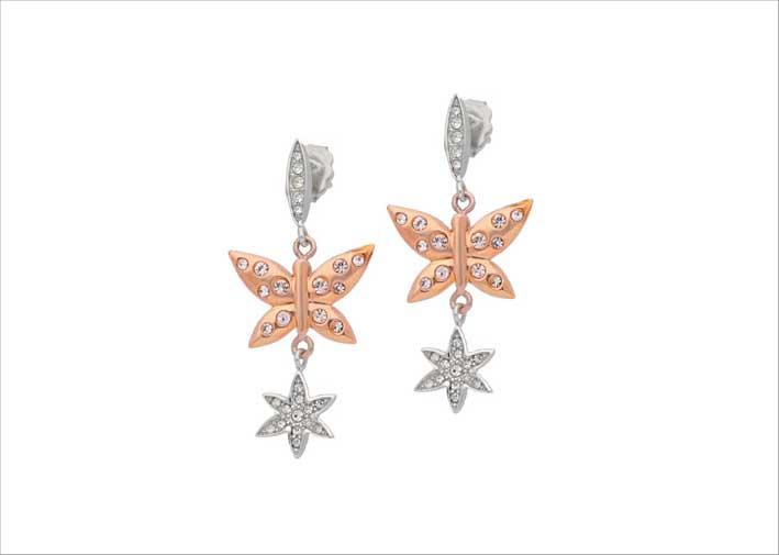 Orecchini con farfalle pvd oro rosa e fiori in cristalli bianchi. Prezzo: 99 euro