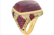 Collezione Venezia, anello in oro giallo set con al centro uno zaffiro rosa di 38.90 carati, circondato da rubini, zaffiri multicolore, diamanti