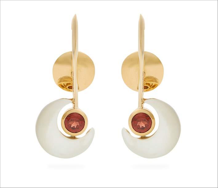 Orecchini in oro e granato in collaborazione con Kate Moss