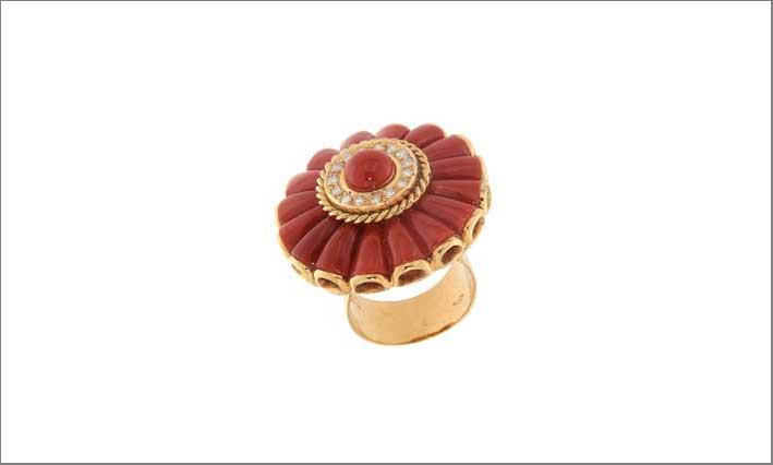 Anello con corallo, oro e diamanti di Ciaravolo
