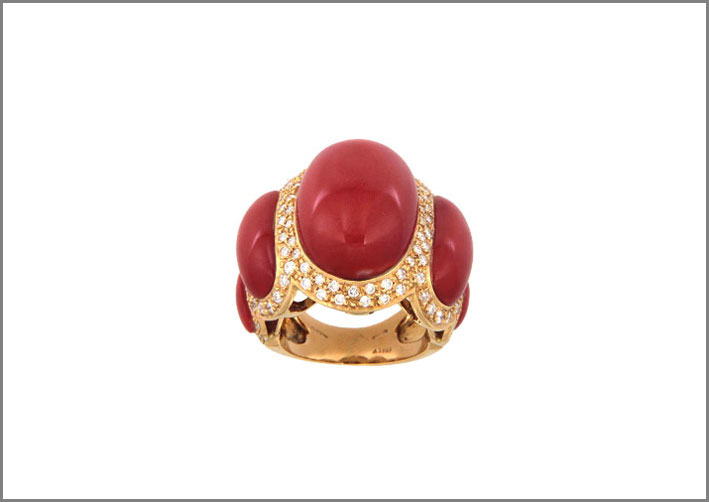 Anello in oro con corallo rosso e diamanti