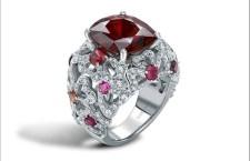 Garrard, anello della collezione Tudor Rose, in oro bianco, spinello rosso circondato da tormaline, zaffiri rosa e rubelliti