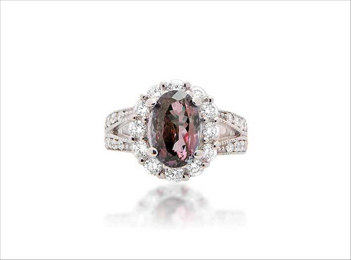 Anello con alessandrite e diamanti