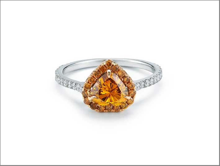 Anello con diamante color zucca