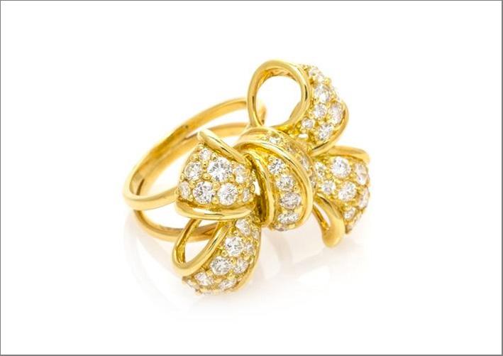 Anello in oro giallo e diamanti a forma di fiocco