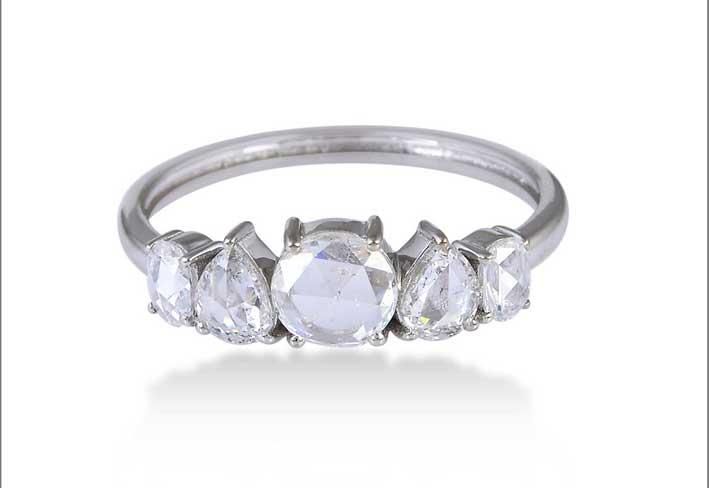 Anello in oro bianco e diamanti con diversi tagli