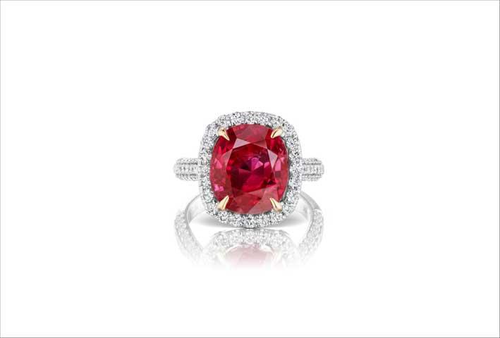 Anello con diamanti e rubino taglio cuscino