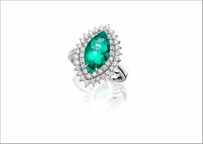 Anello in oro bianco, diamanti e smeraldo taglio marquise