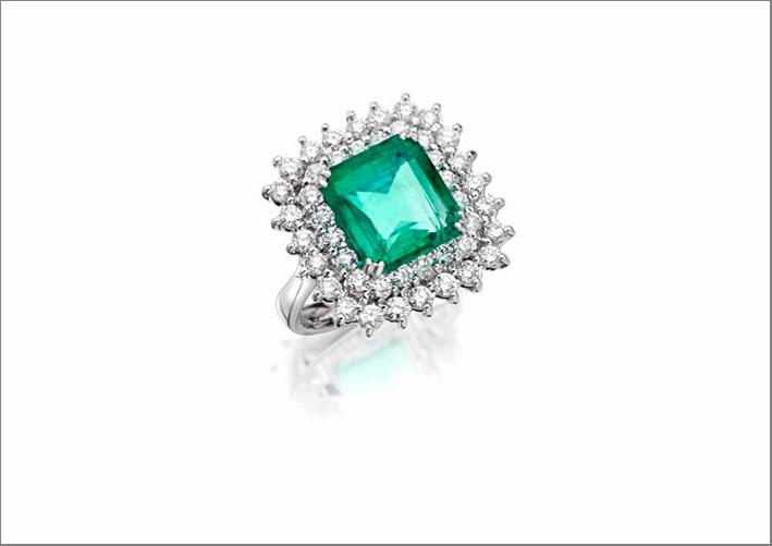 Anello in oro bianco, diamanti e smeraldo taglio cuscino
