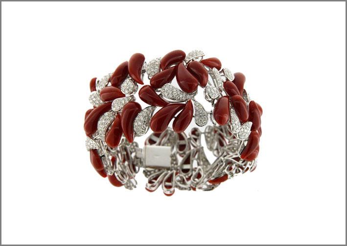 Bracciale in corallo rosso e diamanti su oro bianco