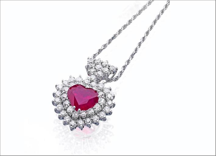 Pendente in oro bianco, diamanti e rubino a forma di cuore