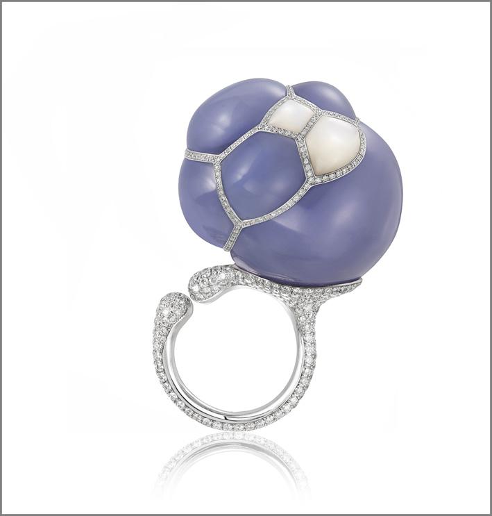 Anello in oro bianco, diamanti, perla barocca
