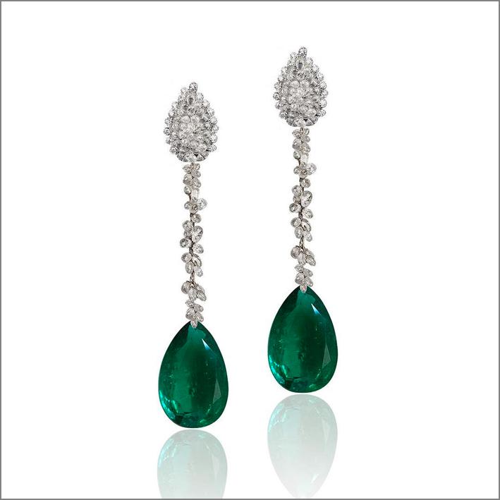 Orecchini pendenti con diamanti e smeraldi a goccia