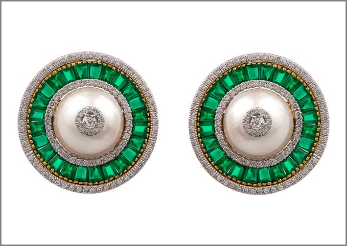 Orecchini con smeraldi, diamanti, madreperla