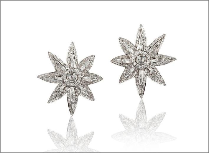 Orecchini a forma di stelle, in oro bianco e diamanti