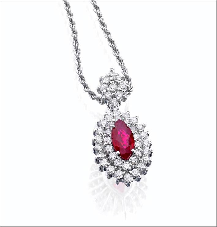 Pendente in oro bianco, diamanti e rubino taglio marquise