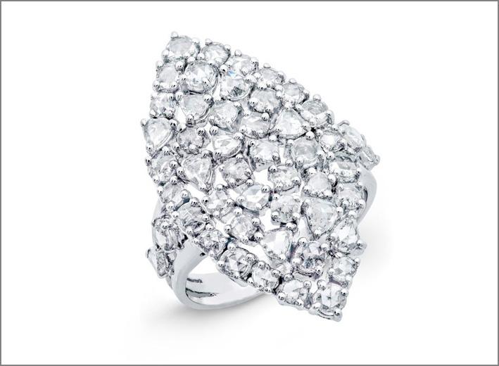 Anello in oro bianco con diamanti bianchi taglio rosa