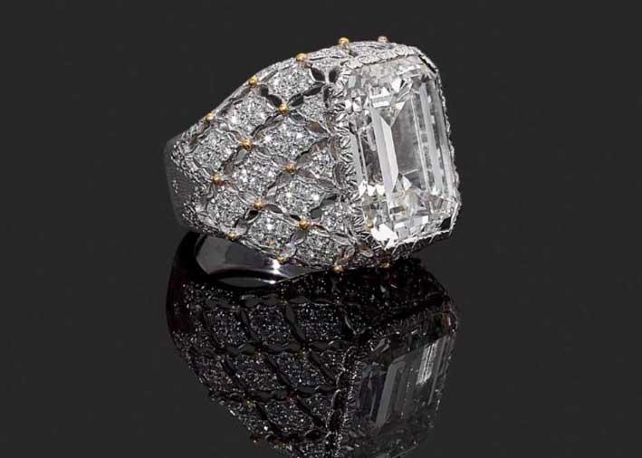 Anello Dôme di Buccellati, con diamante taglio smeraldo