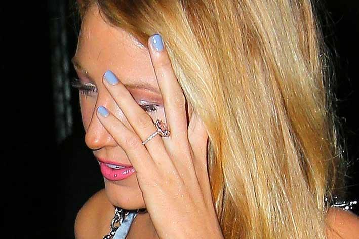 Blake Lively con l'anello di fidanzamento