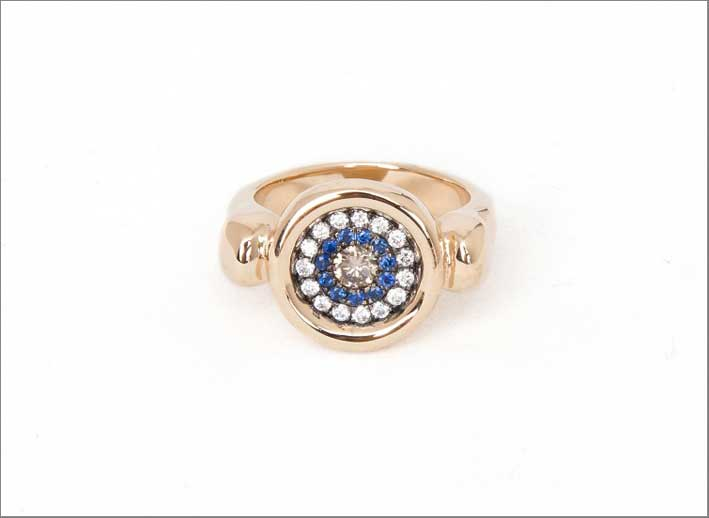 Anello Evil Eye Signet, in oro rosa, diamanti bianchi e champagne, zaffiri blu