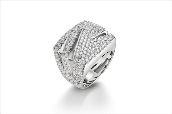 Anello in oro bianco e diamanti della collezione Tagli di Mattioli