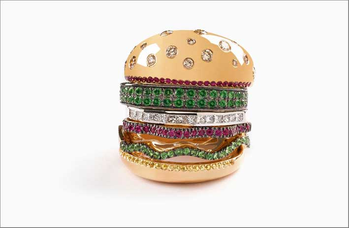 Anello Hamburger, in oro, diamanti, rubini e tsavoriti. Prezzo: 7500 dollari